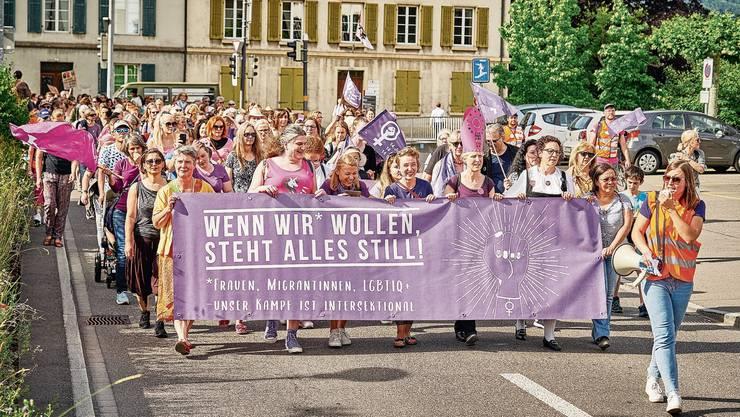 2019 zogen die Frauen durch Aarau. Dieses Jahr ist eine Kundgebung auf dem Aarauer Schlossplatz geplant.