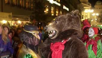 Ein Tänzchen mit dem Fasnachtsbären (Archiv)