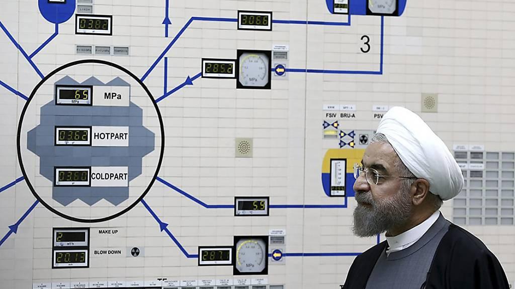 ARCHIV - Irans Präsident Hassan Ruhani beim Besuch eines Atomkraftwerks - international ist das Atomprogramm des Landes seit Jahrzehnten Streitthema. Foto: Mohammad Berno/Iranian President's Office/AP/dpa - ACHTUNG: Nur zur redaktionellen Verwendung und nur mit vollständiger Nennung des vorstehenden Credits