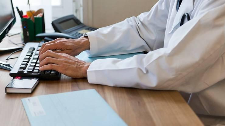 Positiver Corona-Test? Hausärzte und Spitalärzte spielen neu eine zentrale Rolle bei der raschen Alarmierung über die SwissCovid-App.