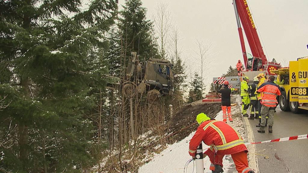 Armee-Lastwagen überschlägt sich und landet in Tobel