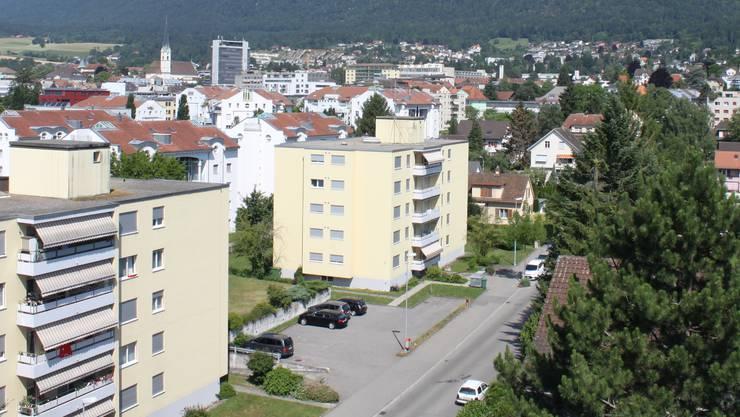 Auf das Dach des Mehrfamilienhauses in der Bildmitte soll die Mobilfunkantenne der Swisscom kommen.