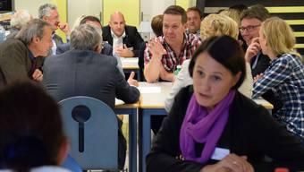 Gut gelaunte Grossratskandidatinnen und -kandidaten: An den Tischen kommen Themen wie Verkehr, Sicherheit, Migration, Finanzen und Gesundheit zur Sprache.