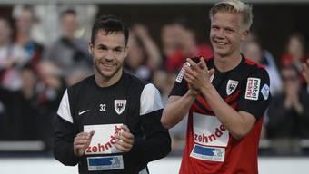 FCA-Talent Mats Hammerich (r.) bedankt sich zusammen mit Siegtorschütze Patrick Rossini bei den Fans für die Unterstützung