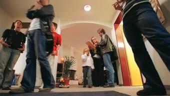 Wohnungsbesichtigung in Zürich: Mindestens zehn Wohnungen müssen Interessenten ansehen, bevor es klappt - falls überhaupt.