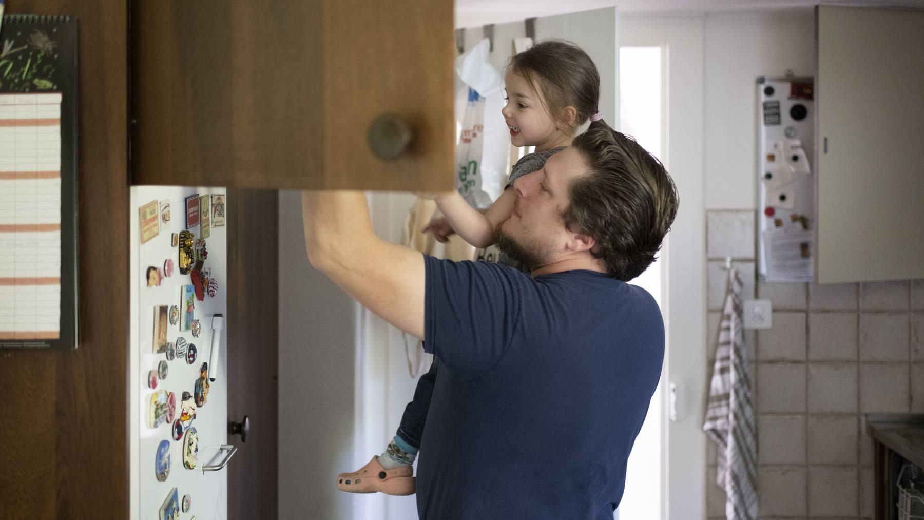 Unter der Woche ein seltenes Bild: Ein Vater schaut mit seiner Tochter vor dem Zmittag in den Kühlschrank.