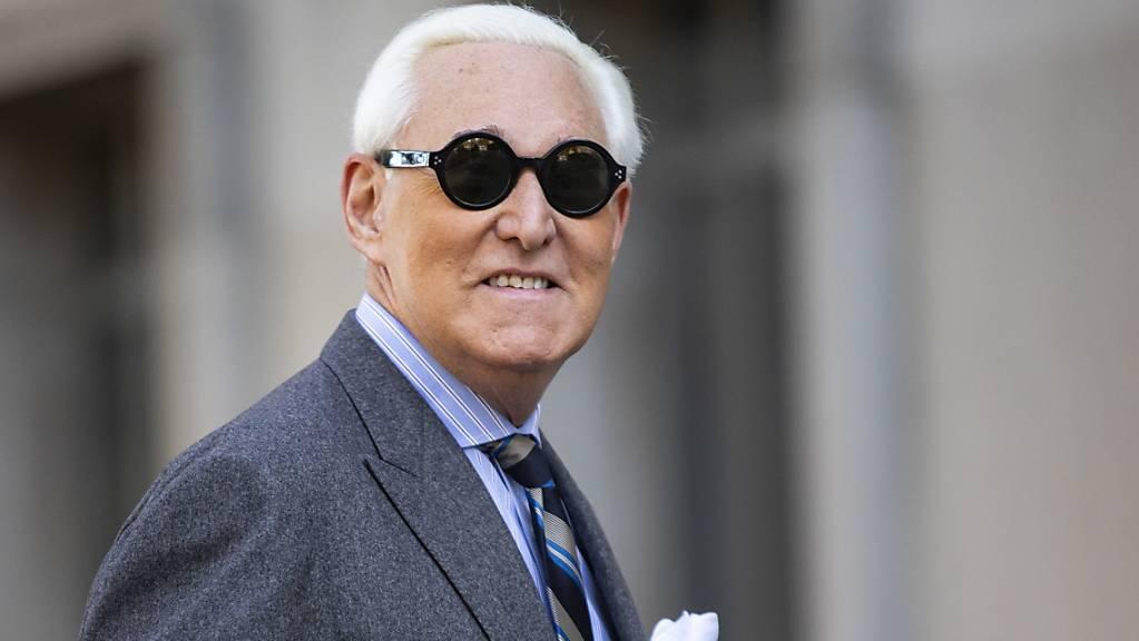 Bleibt ein verurteilter Verbrecher trotz Haftverschonung: Roger Stone, Vertrauter und Ex-Berater von US-Präsident Donald Trump, hier beim Betreten des Gerichts in Washington im November.