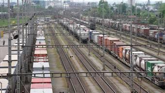 Im Rangierbahnhof Muttenz warten Züge auf den Weitertransport nach Deutschland. Die SBB lässt aus Italien nur noch Züge mit Weiterfahrt-Garantie rein.