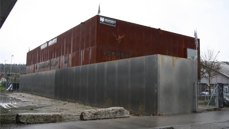 Die Lärmschutzwand passt zum Hauptgebäude.
