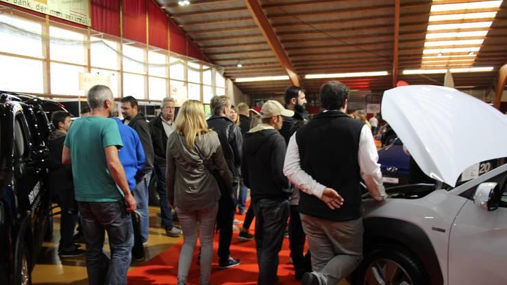 Erfolgreiche Auto Ausstellung mit «meeting area» im Aussenbereich