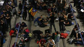 Am ersten Jahrestag des von Madrid verbotenen Unabhängigkeitsreferendums haben Demonstranten in Katalonien wichtige Strassen und Bahngleise blockiert. Hunderte Aktivisten besetzten am Montag in Girona nördlich von Barcelona die Gleise eines Hochgeschwindigkeitszuges.