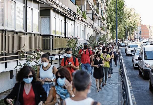 In Madrid stehen Lehrer Schlange, um sich testen zu lassen.