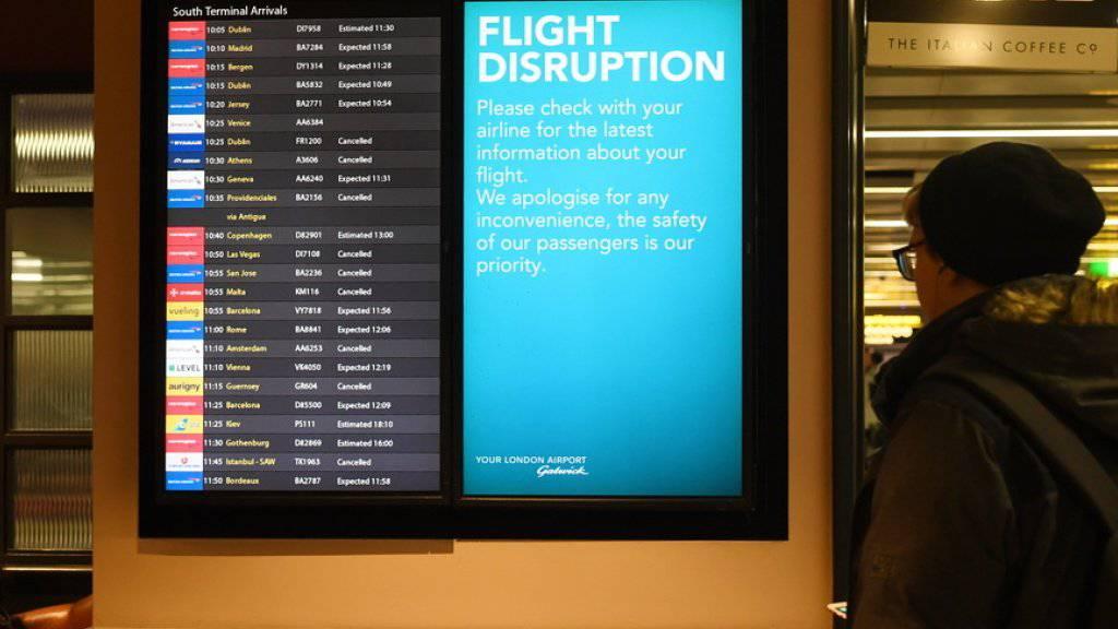 Anzeigetafel am Freitag im Flughafen Gatwick.