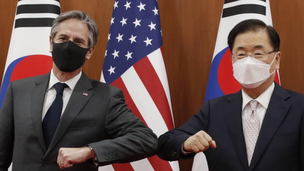 US-Außenminister Antony Blinken (l) wird in Seoul von seinem südkoreanischen Amtskollegen Chung Eui Yong begrüßt. Foto: Lee Jin-Man/AP POOL/dpa