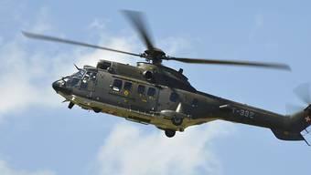 Mit einem Helikopter der Schweizer Luftwaffe des Typs Super Puma wurde am Wochenende im Oberwallis nach Schleppern gesucht. (Archivbild)