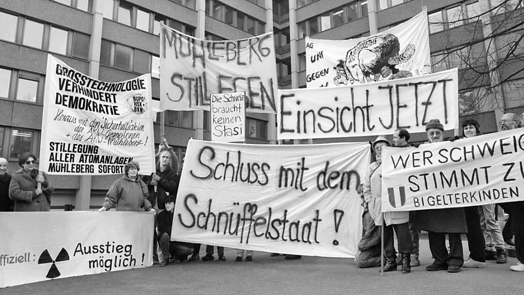 Eine Protestaktion gegen den «Schnüffelstaat» vor den Büros der Bundesanwaltschaft in Bern. Vor 30 Jahren platzte mit der Publikation des Berichts der Parlamentarischen Untersuchungskommission (PUK) die Fichenaffäre. (Archivbild)