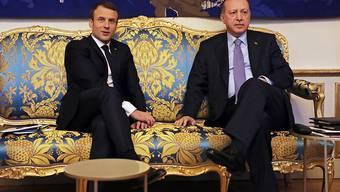 Frankreichs Präsident Emmanuel Macron (l) mit seinem Gast aus der Türkei, Präsident Recep Tayyip Erdogan