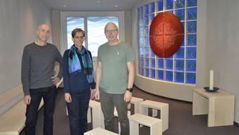 Der verantwortliche für Öffentlichkeitsarbeit, Matthias Ackermann, Geschäftsführerin Maya Künzle und Hausverwalter Marcel Kempter (v.l.) im neuen «Raum der Stille» der Schule TDS Aarau.