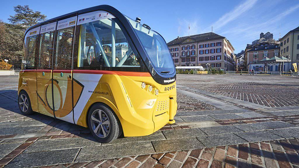 Seit einigen Wochen kurvt der erste selbsfahrende Bus der Schweiz durch die Sittener Innenstadt. Einheimische und Besucher haben den chauffeurlosen Winzling bereits ins Herz geschlossen.
