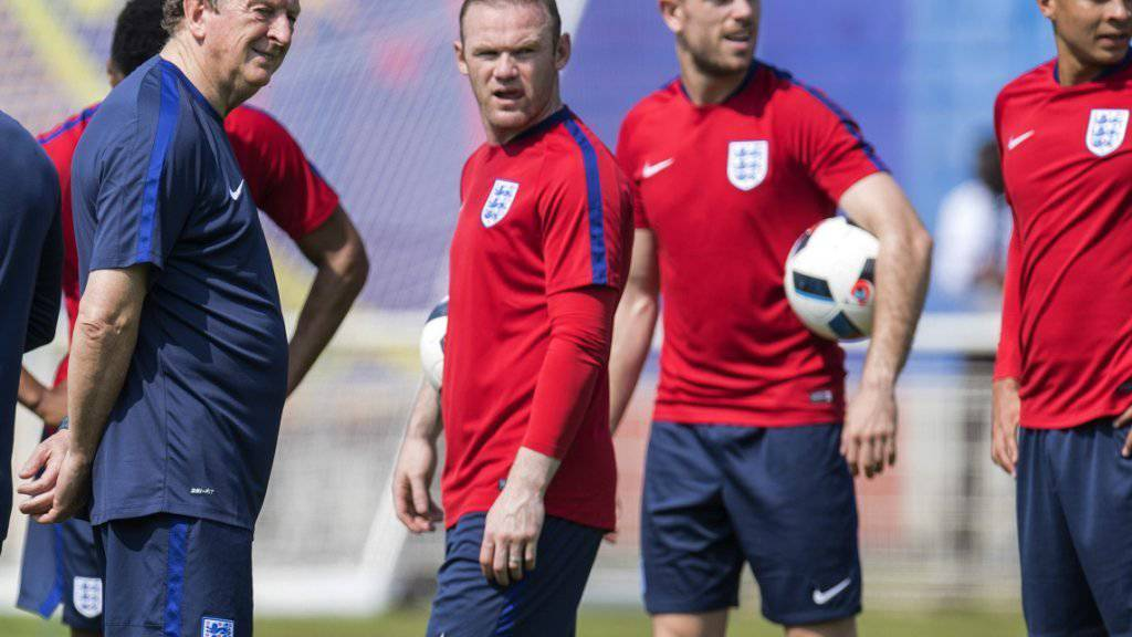 Interessante Einblicke: Englands Nationalcoach Roy Hodgson (li.) bespricht sich mit Captain Wayne Rooney