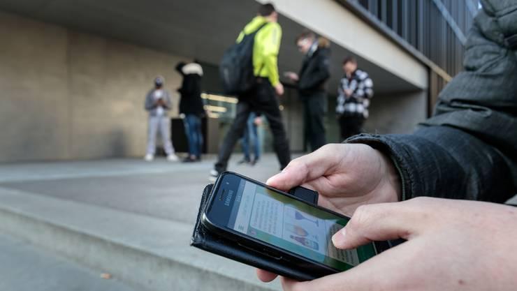 Per Chatnachricht liefert die App Tipps und Infos im Umgang mit Suchtmittel.