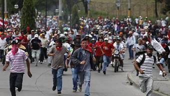 Anhänger Zelayas gehen zum Flughafen
