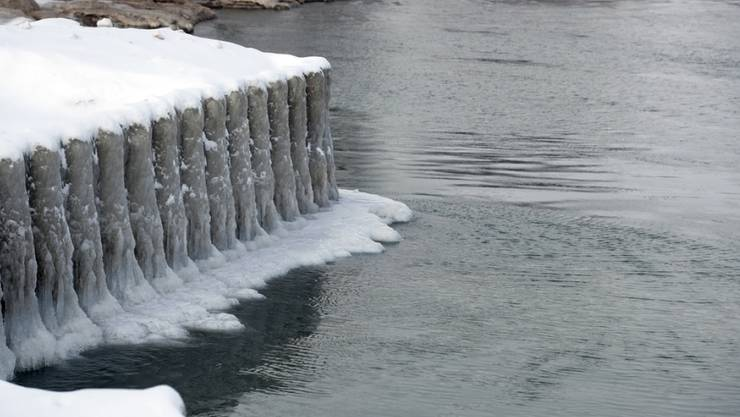 Eis und Schnee bilden Skulpturen am Lake Michigan in Chicago.