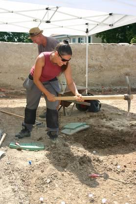 Archäologen arbeiten nicht nur mit dem Fossilienpinsel.
