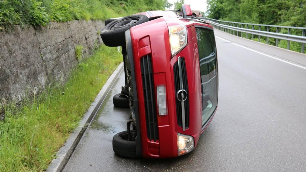 Das Auto landete nach dem Manöver auf der Seite.