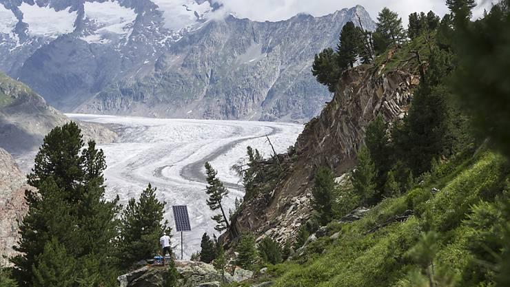 Felsabbruch an der Mossfluh, im Hintergrund der Aletschgletscher: Mit einem neuen Messsystem, das mit Solarstrom versorgt wird, wollen die Behörden den rutschenden Hang stets in Beobachtung halten.