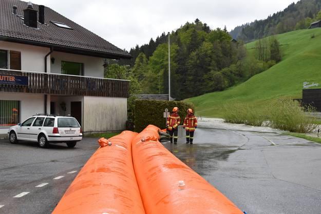 Die Feuerwehr bereit sich auf noch grössere Wassermengen im Toggenburg vor.