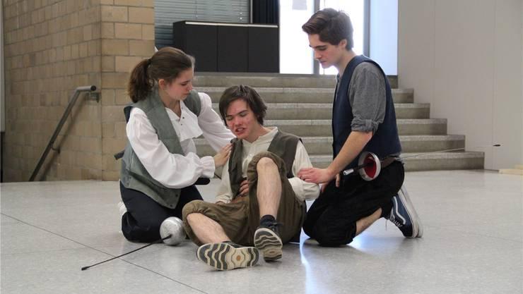Die Schüler beim Proben einer Szene. Während sechs Monaten studierten die jungen Schauspieler die berühmte Geschichte «Romeo und Julia» von William Shakespeare ein.