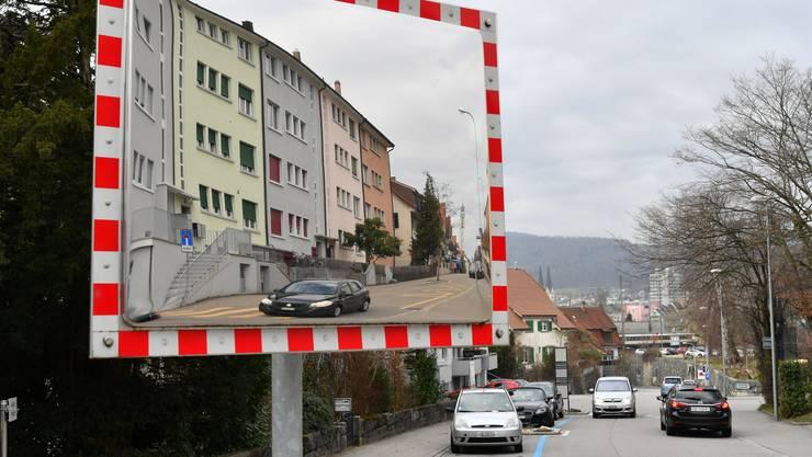 Ist vom Schleichverkehr stark betroffen: die Reiserstrasse (im Spiegel) und die Sälistrasse.