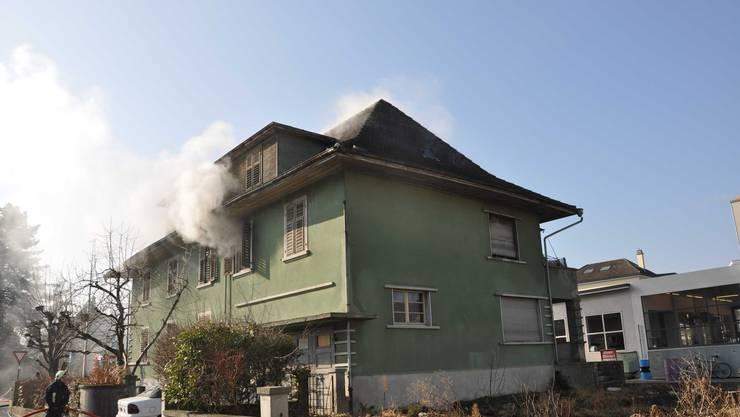 Aus der Wohnung im 1. Stock steigt Rauch auf.