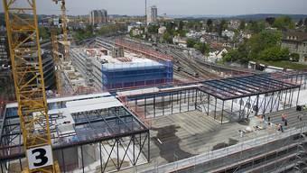 """Auf der Baustelle """"PostParc Bern"""" sollen Angestellte der Tessiner Firma gemäss der Gewerkschaft OCST Niedriglöhne erhalten haben. (Archivbild aus dem Jahr 2014)"""