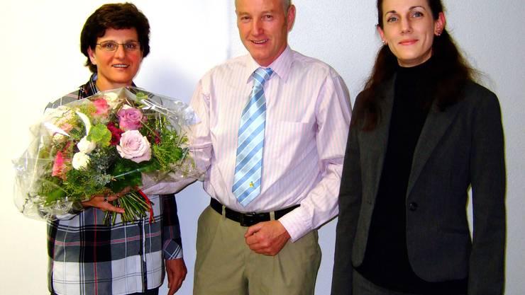Gemeindepräsident Kurt Bär und Gemeindeschreiberin Brigitte Keusch (rechts) bedanken sich bei der abtretenden Gemeinderätin Simone Müller (links) für die geleistete Arbeit im Dienste der Öffentlichkeit. (Bild Martin Platter)