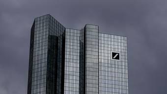 Dunkle Wolken ziehen über den Hauptsitz der Deutschen Bank in Frankfurt: Das Geldinstitut streicht rund 18'000 Arbeitsplätze.