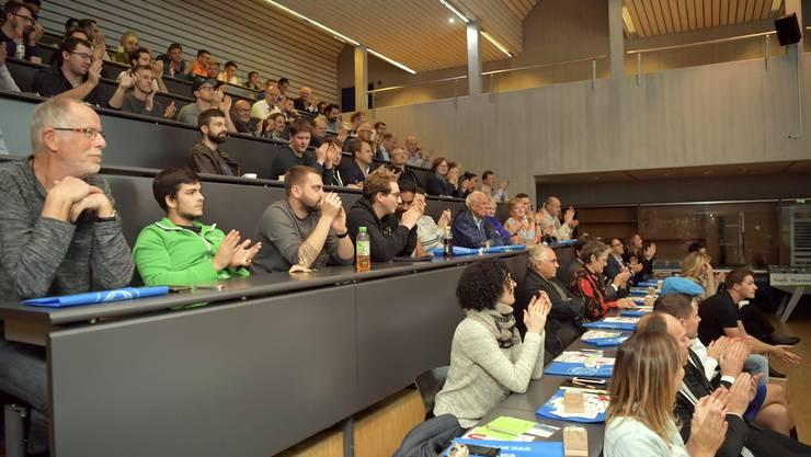 In der vollbesetzten Aula der Höheren Fachschule für Technik fingierte das Publikum auch als Jury.