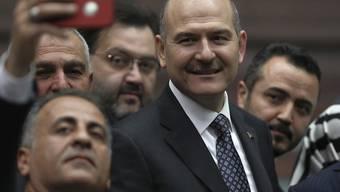 Der türkische Innenminister Suleyman Soylu (Bildmitte) hat seinen Rücktritt bekannt gegeben. Präsident Recep Tayyip Erdogan lehnte den Rücktritt kurz darauf ab. (Archivbild)