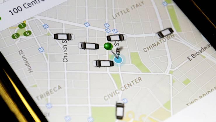 Ein Uber-App zeigt verfügbare Fahrzeuge an: In Zukunft könnte der Fahrdienst auf Roboter-Taxis setzen (Archiv).