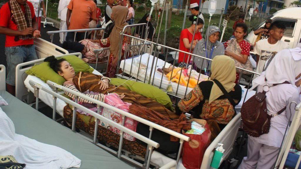 Verletzte werden nach dem Erdbeben behandelt.