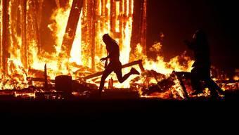 Tragödie am «Burning Man»- Festival in Nevada: Ein Mann rannte plötzlich ins Feuer (ab Minute 2:45) – die Sicherheitsleute konnten den Mann nicht aufhalten.