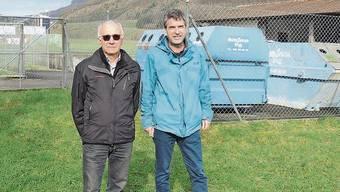 Wo Willi von Atzigen (l.) und Markus Zolliker heute stehen, soll schon bald eine Blumenwiese Insekten beglücken.