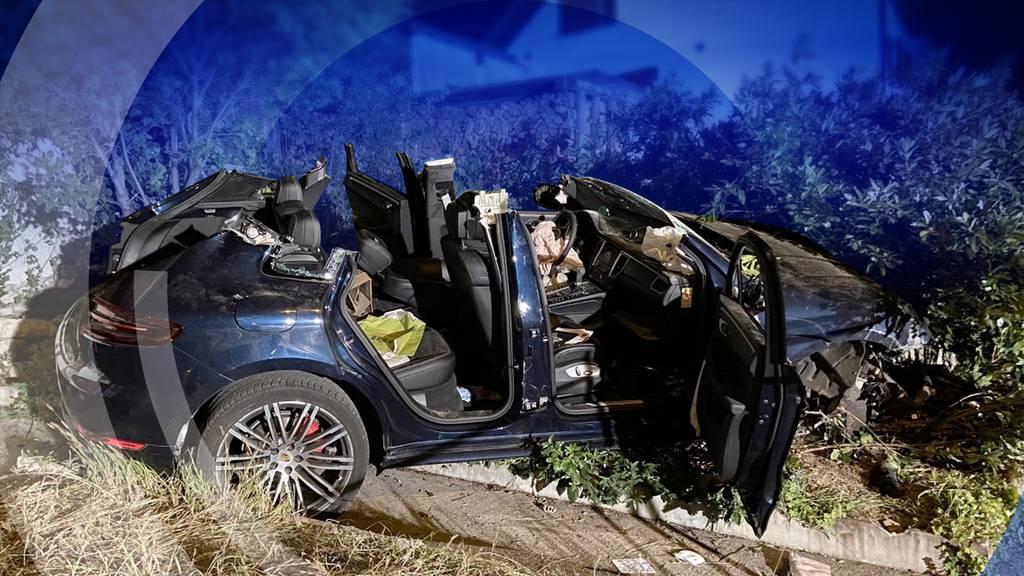 Porsche in Auenstein verunfallt: Mutter und Tochter sind verletzt