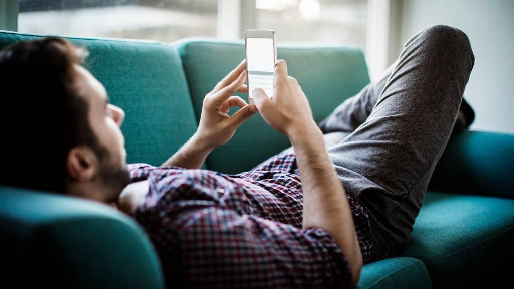 Während der Fastenzeit verzichten einige junge Erwachsene auf ihr Smartphone. (Symbolbild)