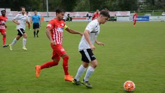 Dietikons Captain Luca Senincanin (links) kämpft um den Ball.