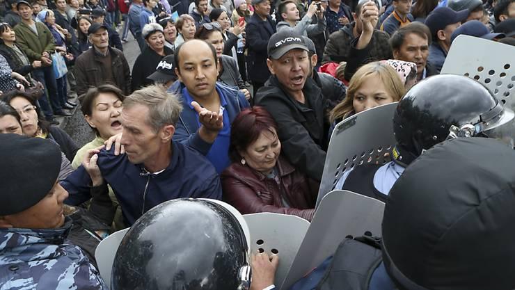 Massive Proteste gegen die Regierung haben die Präsidentschaftswahl in Kasachstan begleitet. Die Polizei nahm hunderte Demonstranten fest.