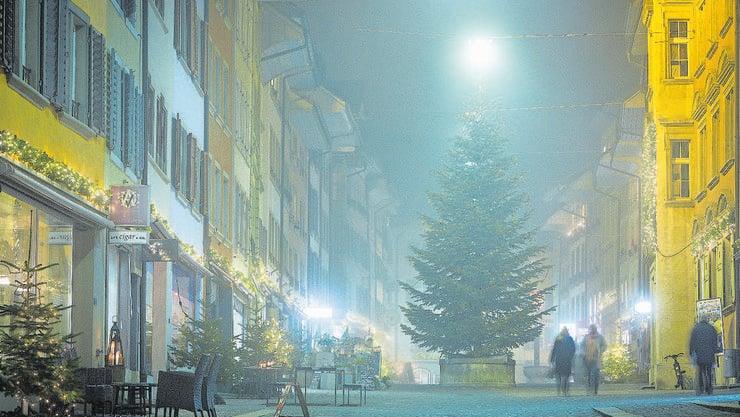 Nebst den übrigen Lichtern in der Rathausgasse wirkt die Tanne unbeleuchtet.
