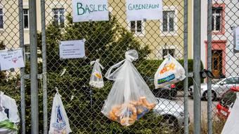 Die Gabenzäune erobern Basel: «Ja zu ‹Social distancing›, Nein zu sozialer Kälte»