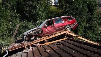 Das Auto landete auf dem Dach (Bild: Kantonspolizei St. Gallen)